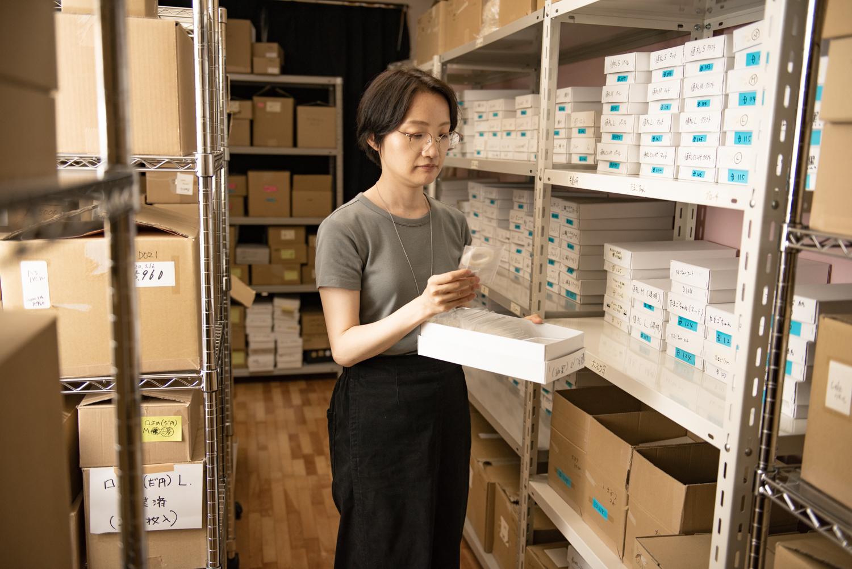 商品倉庫で在庫を確認する神崎さん